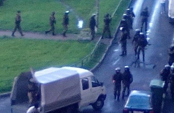 Раненого спецназовца увезли на скорой от дома на Ленинском проспекте