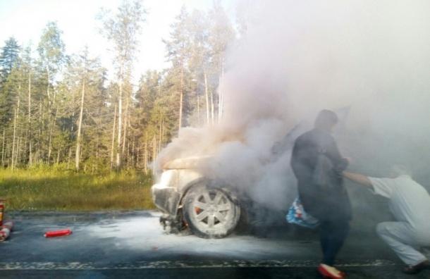 Range Rover на Новоприозерском шоссе «заливали» по очереди из огнетушителей