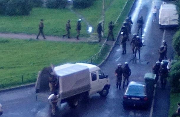 Спецназ на Ленинском проспекте оцепил жилой дом