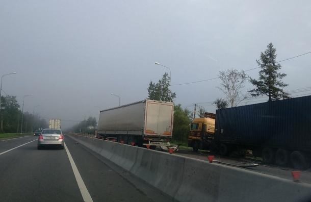 ДТП с фурами перекрыло движение по Московскому шоссе