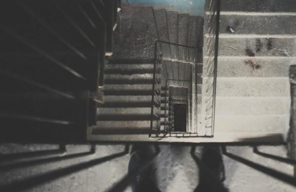 Женщину сбросили в лестничный пролет на Старорусской улице