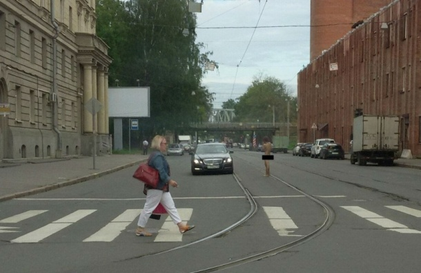 Мужчина без трусов гуляет по 1-му Муринскому проспекту