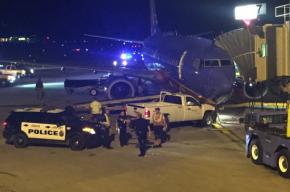 Американец в трусах на угнанном грузовике врезался в самолет