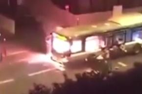 Люди в Париже подожгли автобус под исламистские лозунги