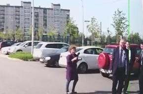 «Яблоко»: помощник Милонова сорвал агитационные наклейки с машины кандидата в ЗакС Солодова