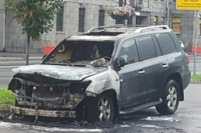 Припаркованный Lexus сгорел на Каменноостровском проспекте