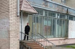 Петербуржцы волнуются за парня, вторые сутки стоящего «солдатиком» у дома на Загребском
