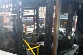«Пассажиравтотранс»: девушка в истерике ногой разбила дверь автобуса на Невском