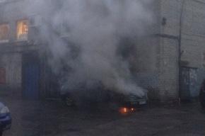 Иномарка горит на Дальневосточном проспекте