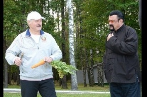 Лукашенко покормил Стивена Сигала морковкой