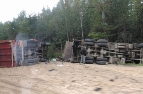 Перевернувшиеся «КамАЗы» засыпали песком Мурманское шоссе