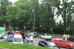Микроавтобус в Пушкине смял 4 машины, сбил женщину и скрылся