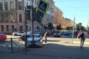 Такси «привезло в столб» на улице Некрасова