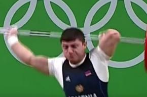 Армянский тяжелоатлет вывернул локоть, толкая штангу на Олимпиаде