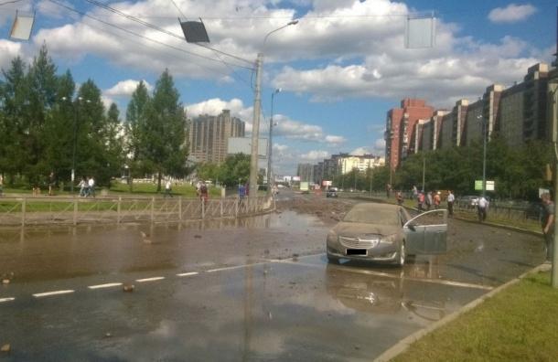Лопнувшая труба на русском проспекте «разорвала асфальт»