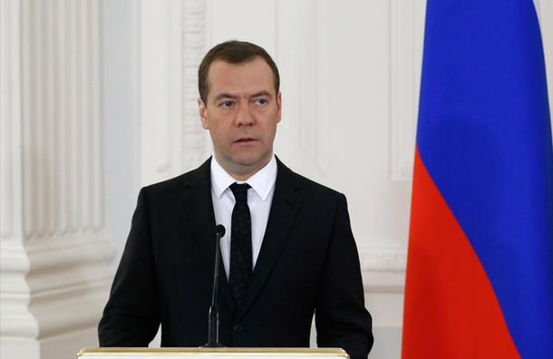 Медведев разрешил выдачу паспортов и водительских прав во всех МФЦ