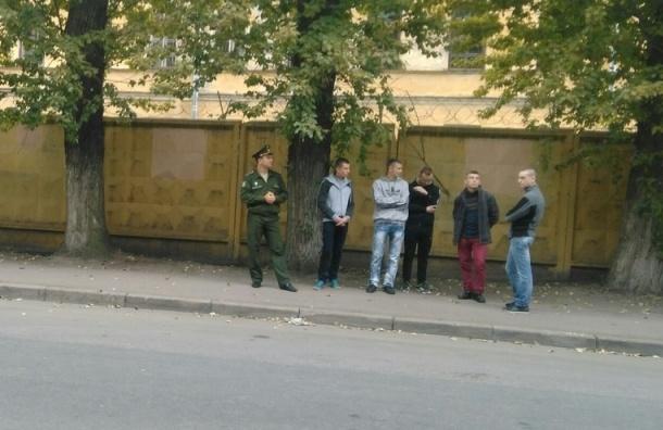 Военные сопровождают парней в гражданском в УИК № 1655