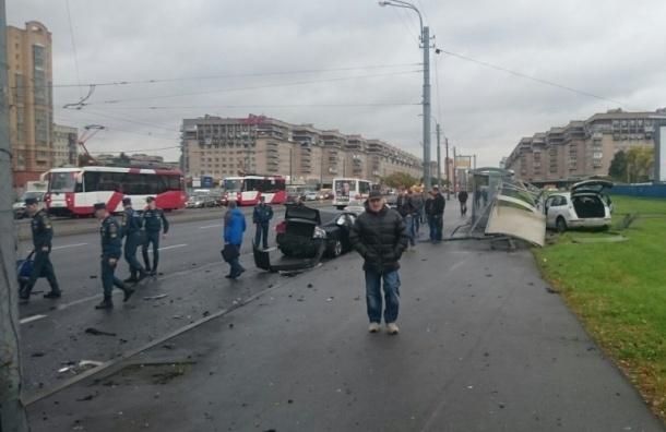 Машина снесла остановку на Бухарестской улице, пострадали пешеходы