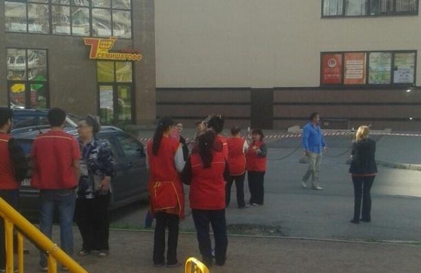 Очевидцы: Из-за звонка о бомбе эвакуировали ТЦ «Эврика» в Рыбацком