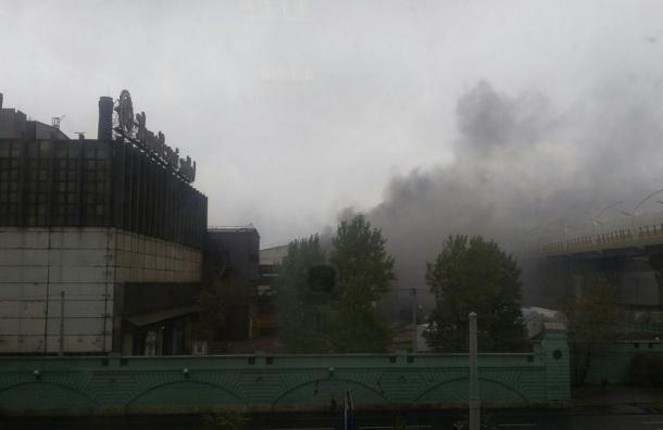 Вцеху Кировского завода гасят пожар повышенной трудности