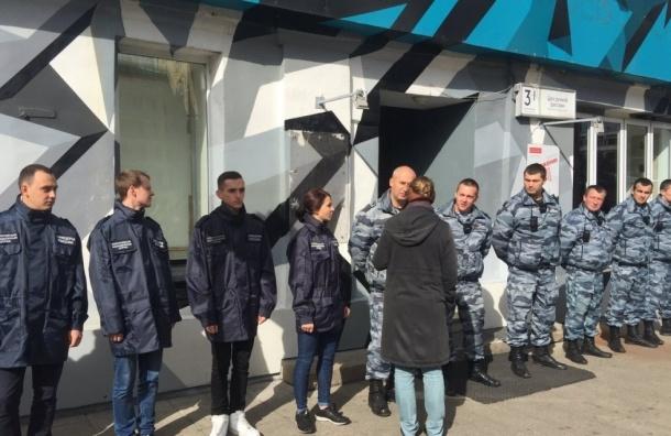 Неизвестные в форме перекрыли вход на скандальную фотовыставку в Москве