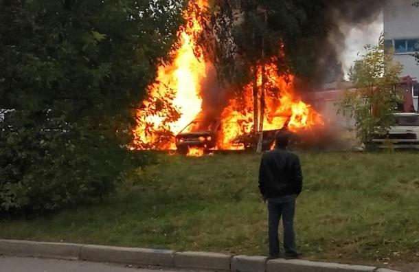 Три машины сгорели у здания ГИБДД в Калининском районе