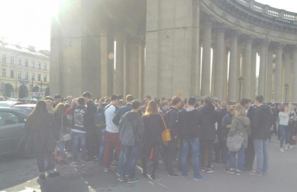 Студенты МСГ пришли на Крестный ход за отмену занятий
