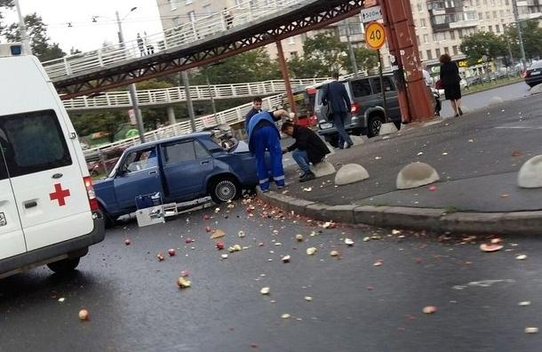 ВКупчине из«Жигулей» высыпались яблоки ипревратились под колёсами впюре