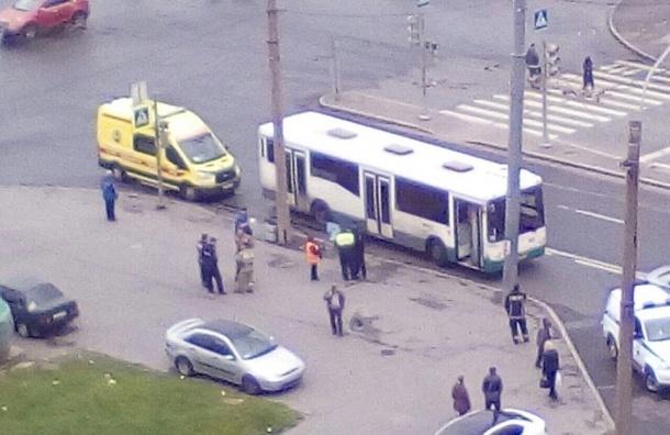Очевидцы: Автобус насмерть сбил женщину на Ленинском проспекте
