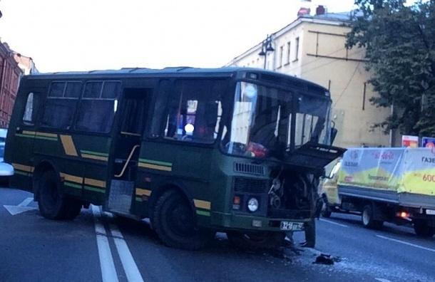 Шофёр военного автобуса пострадал во«встречном» ДТП наМосковском