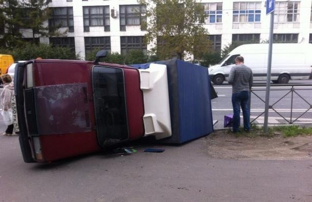 Перевернувшаяся машина задела маршрутку на Кантемировской улице