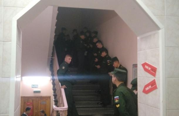Курсанты организованными толпами голосуют в Петербурге