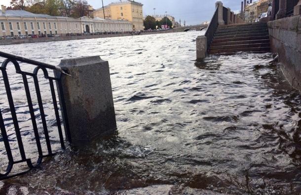 Нева вышла из берегов в некоторых районах Петербурга