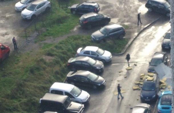 Кусок утеплителя с крыши БЦ «Содружество» повредил несколько машин