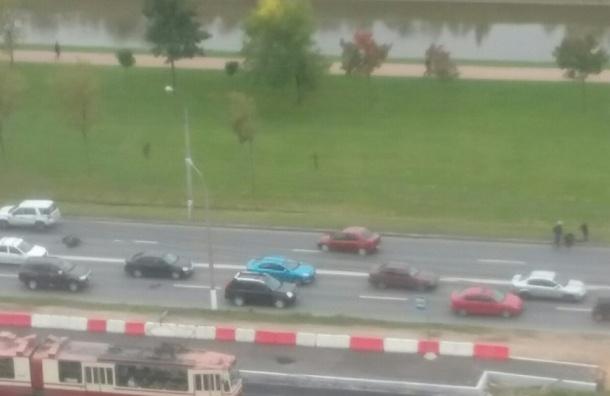 Мотоциклист сбил девушку и врезался в такси на Петергофском шоссе