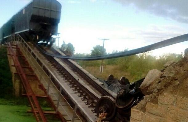 Железнодорожный мост рухнул в реку вместе с поездом в Саратовской области