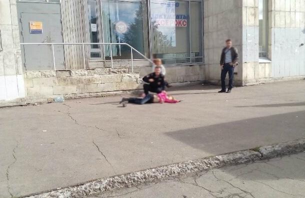 Молодая девушка выпала из квартиры на Новосмоленской