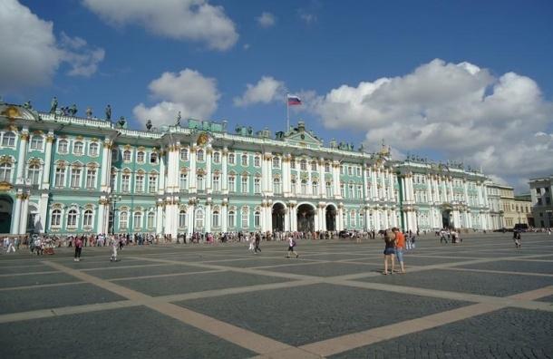Полицейские оцепили часть Дворцовой для замены брусчатки