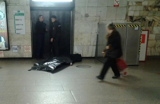 Пожилой мужчина скончался на станции «Площадь Александра Невского»