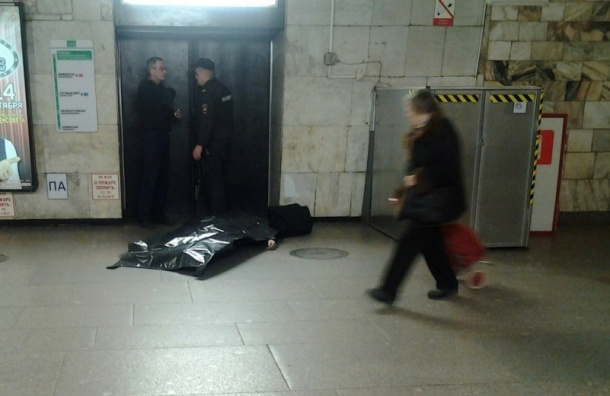 Старый мужчина скончался настанции метро «Площадь Александра Невского»