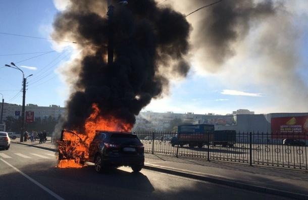 Черный дым от сгоревшей иномарки заволок улицу Маршала Казакова
