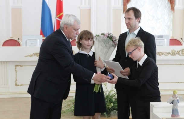 Полтавченко вручил многодетным семьям Петербурга ключи от микроавтобуса