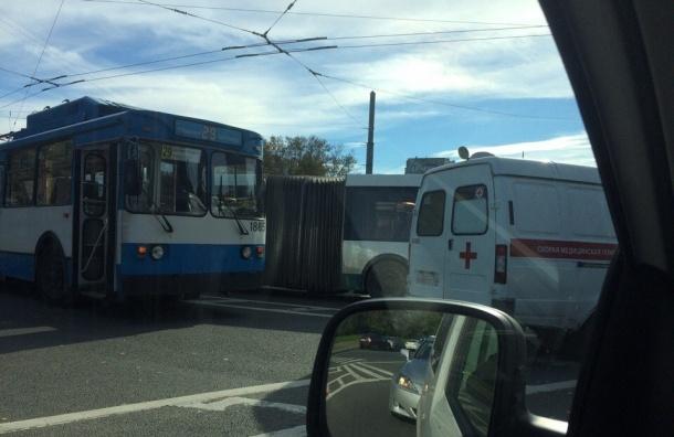 Карета скорой помощи «забодала» автобус наВетеранов— свидетели