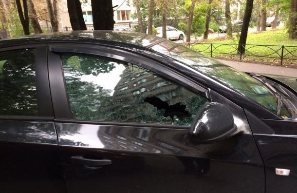Неизвестные «изуродовали» машины возле школы в Московском районе