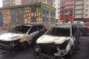 Три машины сгорели на парковке у жилого дома в Кудрово