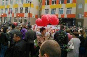 Группа мужчин раздает у школы в Шушарах шарики с эмблемой КПРФ