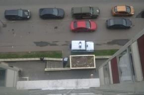 Труп лежит во дворе дома на Ленинском проспекте
