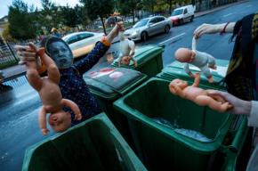 Активисты с «лицом» Мизулиной выкидывали «детей» на помойку