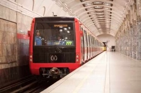 Красный состав проходит обкатку на первой линии подземки