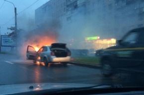 Автомобиль загорелся во время движения на проспекте Славы